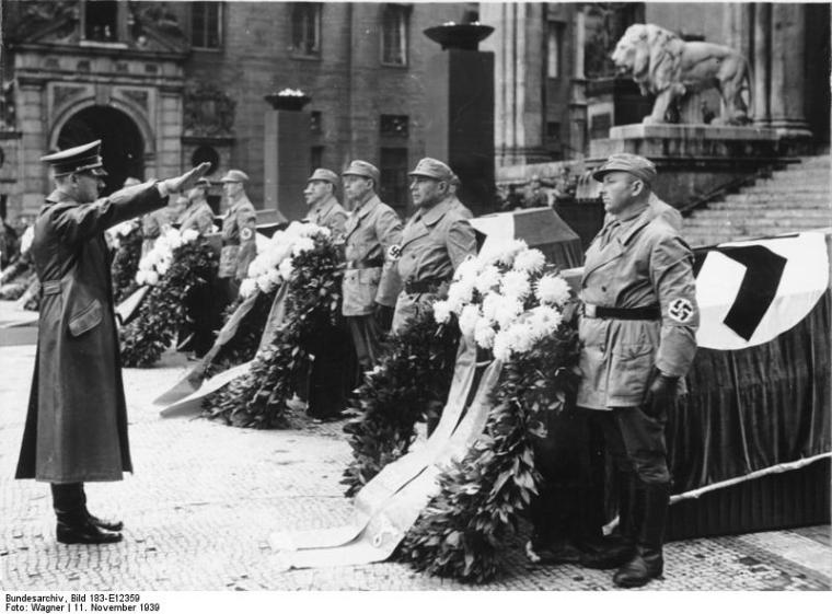 München, Adolf Hitler vor Feldherrenhalle