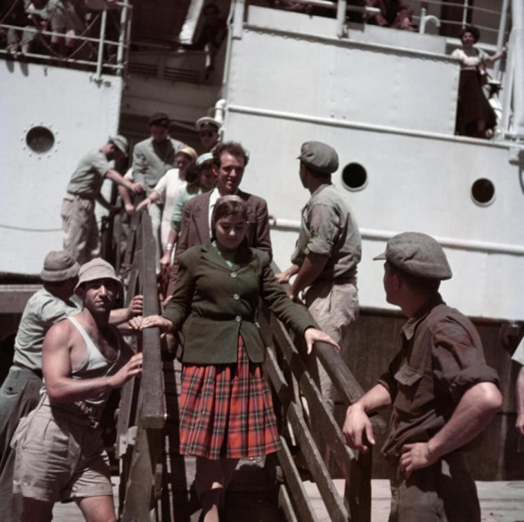 inmigrantes-desembarcan-cerca-de-haifa-israel-1949-50-robert-capa-international-center-of-photography-magnum-photos